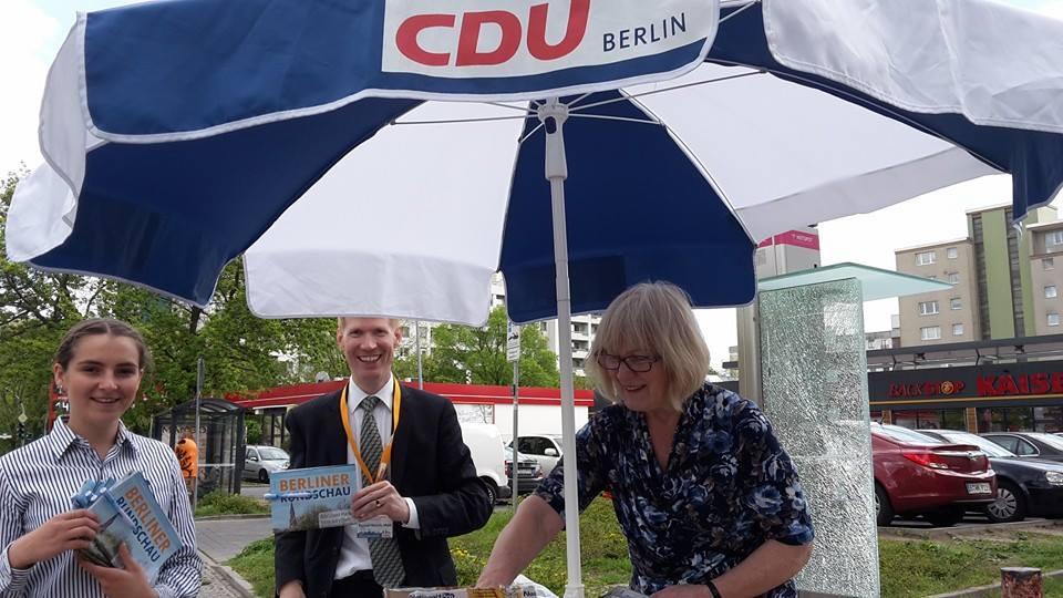 CDU Stand auf dem Bürgersteig zwischen Kaiser\'s und der Sparkasse (Hildburghauser Str. 29 in 12279 Berlin)